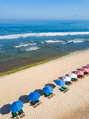Indonesia, Bali, Aerial view of Balangan beach, sunloungers and beach umbrellas - p300m2061246 von Konstantin Trubavin