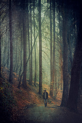 Germany, Solingen, Man on forest path, Textured effect - p300m948789 by Dirk Wüstenhagen