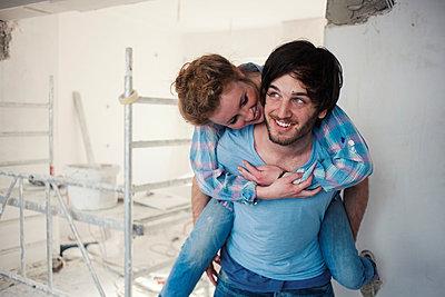 Junges Paar albert herum beim Renovieren  - p586m901876 von Kniel Synnatzschke