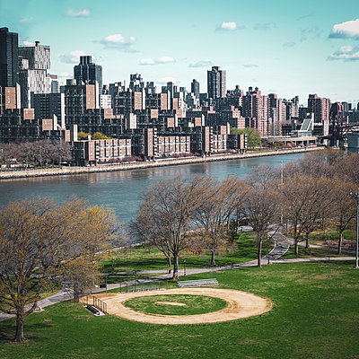 View across Hudson River onto Upper East Side, New York City, USA - p758m2181762 by L. Ajtay