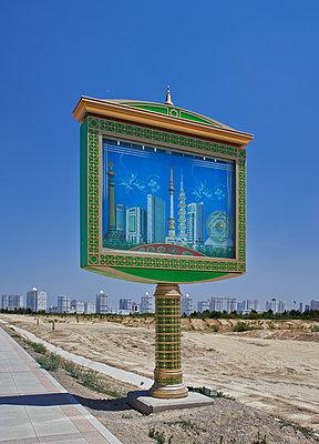 Infotafel vor der Skyline von Asgabat  - p390m1115618 von Frank Herfort