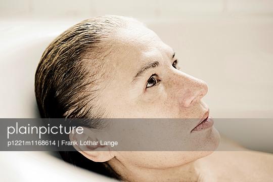 Frau in der Badwanne - p1221m1168614 von Frank Lothar Lange