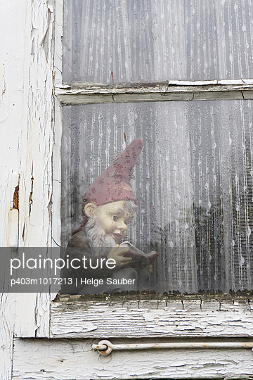 Garden gnome reading inside - p403m1017213 by Helge Sauber