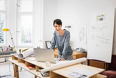 Architektin am Schreibtisch - p1284m1207843 von Ritzmann