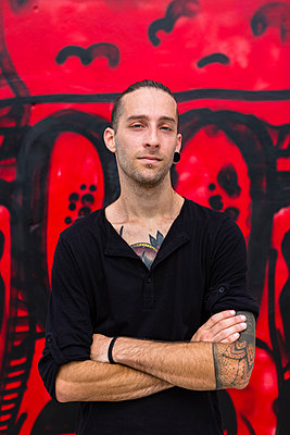 Portrait of man in front of a graffiti wall - p300m1470006 by Giorgio Magini