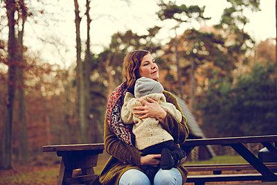 Herbstspaziergang, Mutter mit Kind - p904m1193444 von Stefanie Päffgen