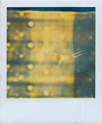 Mann springt ins Wasser - p979m1118771 von Rumbach