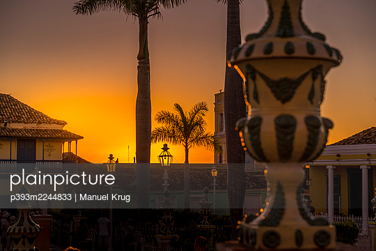 Lamp posts and a sunset, Cuba - p393m2244833 by Manuel Krug
