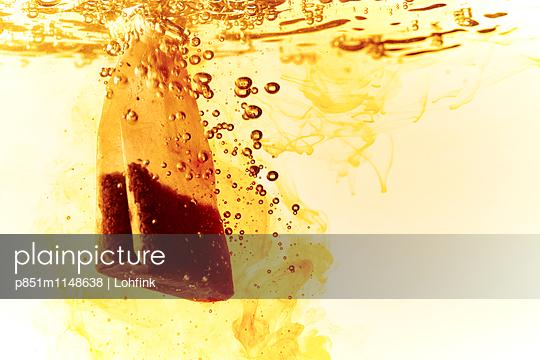 Teebeutel in kochendem Wasser - p851m1148638 von Lohfink