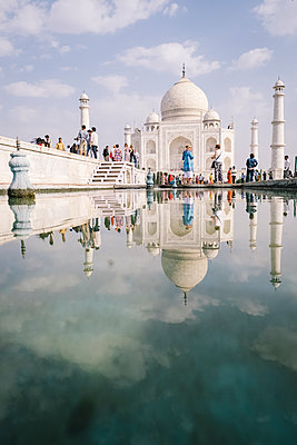 India, Uttar Pradesh, Agra, Taj Mahal - p1600m2215374 by Ole Spata