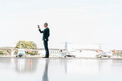 Geschäftsmann hält eine Drohne in der Hand - p586m1208617 von Kniel Synnatzschke