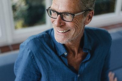 Portrait of mature man with designer stubble - p586m2134744 by Kniel Synnatzschke