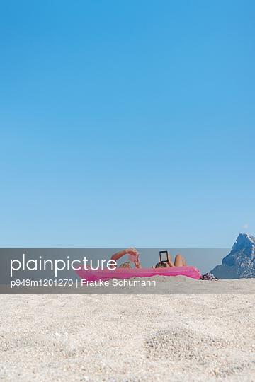 Entspannung am Strand - p949m1201270 von Frauke Schumann