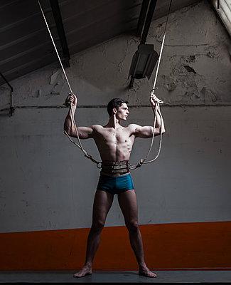 Mann mit Seilen - p1081m1498308 von Cédric Roulliat