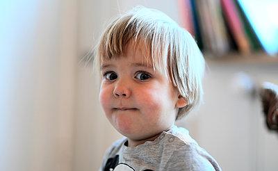 Verschmitzt schauender Junge - p1258m1203421 von Peter Hamel