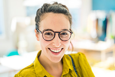Portrait of happy young woman wearing glasses - p300m1581586 by Robijn Page