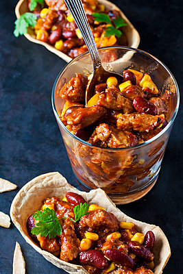 Vegetarian Chili with soy meat cut into strips - p300m1587865 von Dieter Heinemann