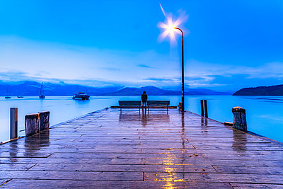 New Zealand, South Island, Akaroa, wooden pier at night - p300m2199495 by Scott Masterton
