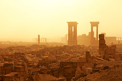 Syria, Homs Governorate, Palmyra,Temple of Bel - p300m2219276 by Fabian Pitzer