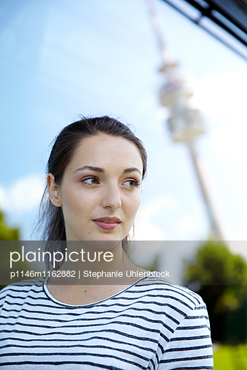 Portrait einer jungen Frau - p1146m1162882 von Stephanie Uhlenbrock