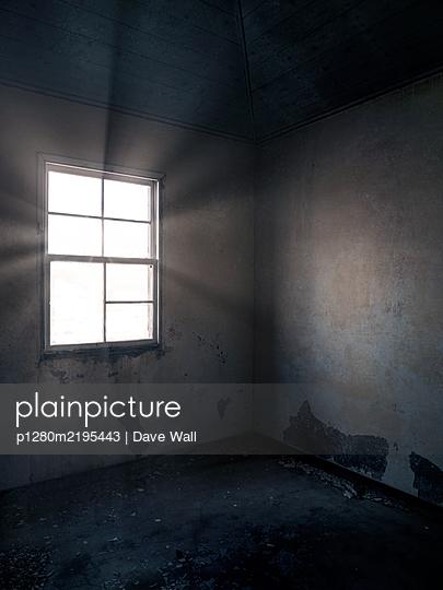 Verlassenes Haus, Sonnenlicht erhellt den Raum - p1280m2195443 von Dave Wall