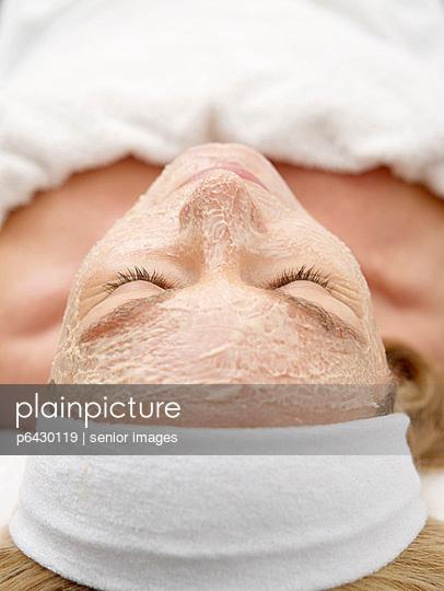 Frau mit Gesichtsmaske  - p6430119 von senior images
