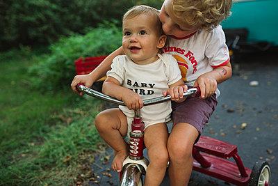 Bruder und Schwester auf einem Dreirad - p1361m1502032 von Suzanne Gipson