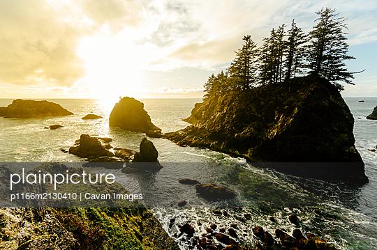 Beautiful sunset on the Oregon coast - p1166m2130410 by Cavan Images