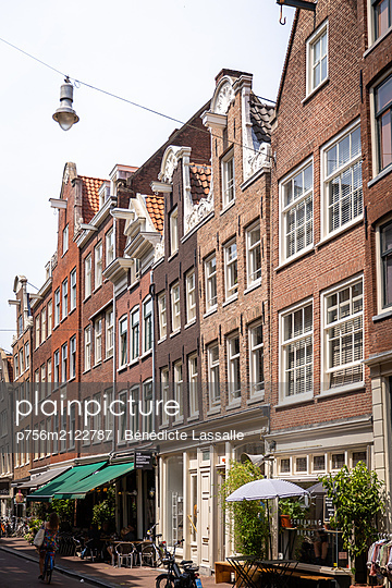 Row of houses in the Old Town of Amsterdam - p756m2122787 by Bénédicte Lassalle