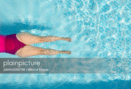 Nederland, Breda, Overhead view of woman in swimming pool - p924m2300798 by Mischa Keijser