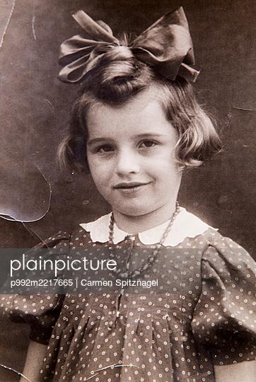 Kind mit Schleife im Haar 60er Jahre - p992m2217665 von Carmen Spitznagel