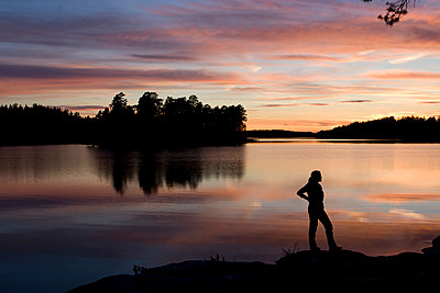 Sweden, Romantic sunset at a Swedish lakeshore - p1687m2284262 by Katja Kircher