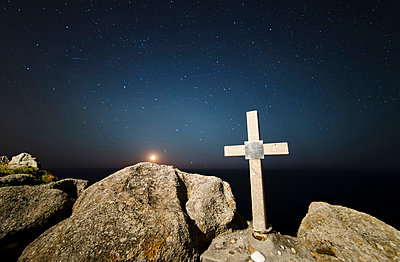 Spain, Galicia, Ferrol, Moonset in a place of the galician coast with a stone cross on the foreground - p300m1047398 by Ramon Espelt