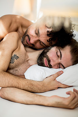 Gay couple in bed - p787m2115258 by Forster-Martin