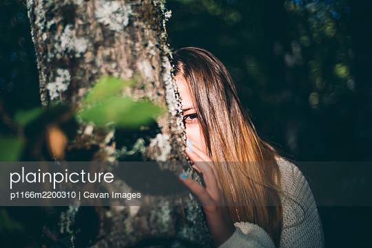Pretty girl poses in the nature - p1166m2200310 by Cavan Images