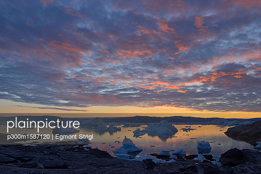 Greenland, East Greenland, view from Sarpaq over the icebergs of Sermilik fjord in the evening - p300m1587120 von Egmont Strigl