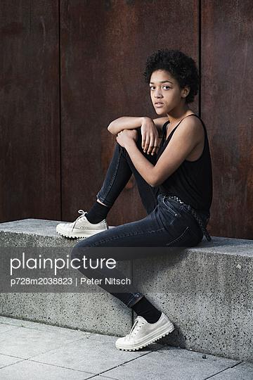Weiblicher Teenager - p728m2038823 von Peter Nitsch