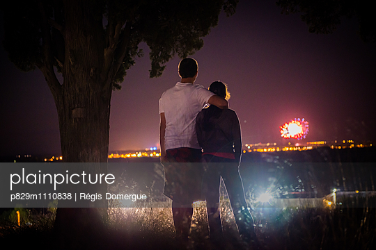 Couple looking at fireworks at night - p829m1110838 by Régis Domergue