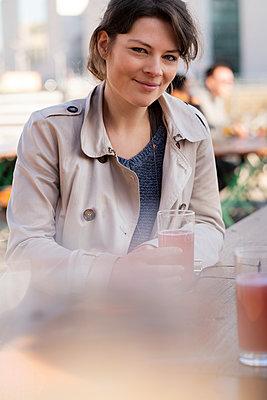 Portrait einer jungen Frau im Biergarten - p1212m1573697 von harry + lidy