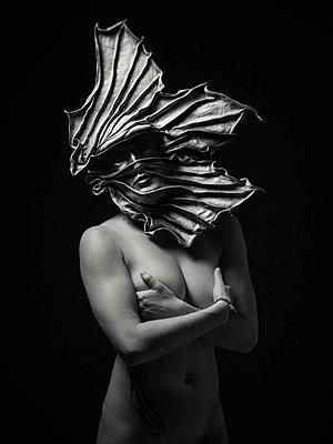 Nackte Frau mit Maske - p1568m2141467 von Matthieu Burlin