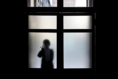 Silhouette behind window - p265m1039112 by Oote Boe