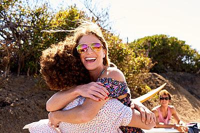 Happy couple hugging outdoors in summer - p300m1206182 by Fotoagentur