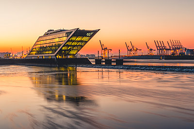 Germany, Hamburg, Dockland, modern office building at sunrise - p300m1568133 von Kerstin Bittner