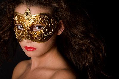 Frau mit goldener Maske - p3300153 von Harald Braun