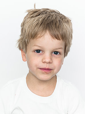 Portrait of blonde boy - p869m1109729 by Dombrowski