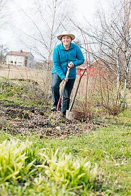 Gardening woman - p956m658556 by Anna Quinn