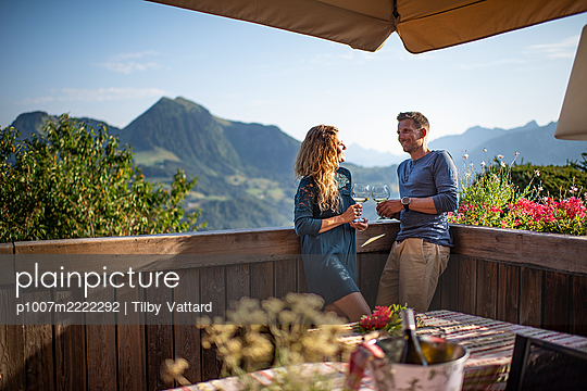 Young couple takes wine on the restaurant terrace - p1007m2222292 by Tilby Vattard
