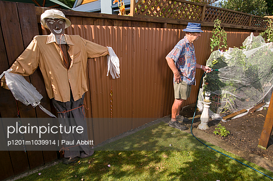 Pflanzen wässern - p1201m1039914 von Paul Abbitt