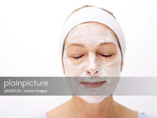 Frau mit Gesichtsmaske  - p6430120 von senior images