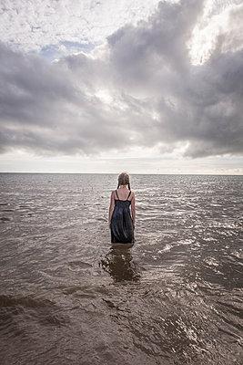 Rückansicht, Mädchen steht im Meer - p1402m2248675 von Jerome Paressant